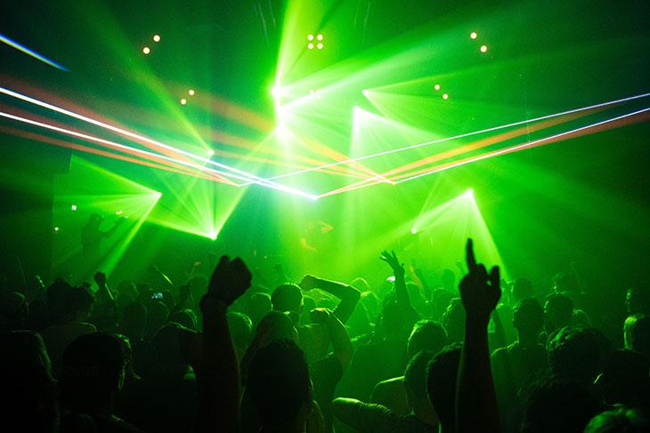 Diffuser de la musique amplifiée dans votre établissement : mettez-vous aux normes avec Objectif Silence